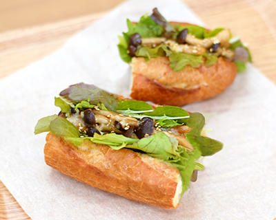 カットぶなしめじとベビーリーフのサンドイッチ